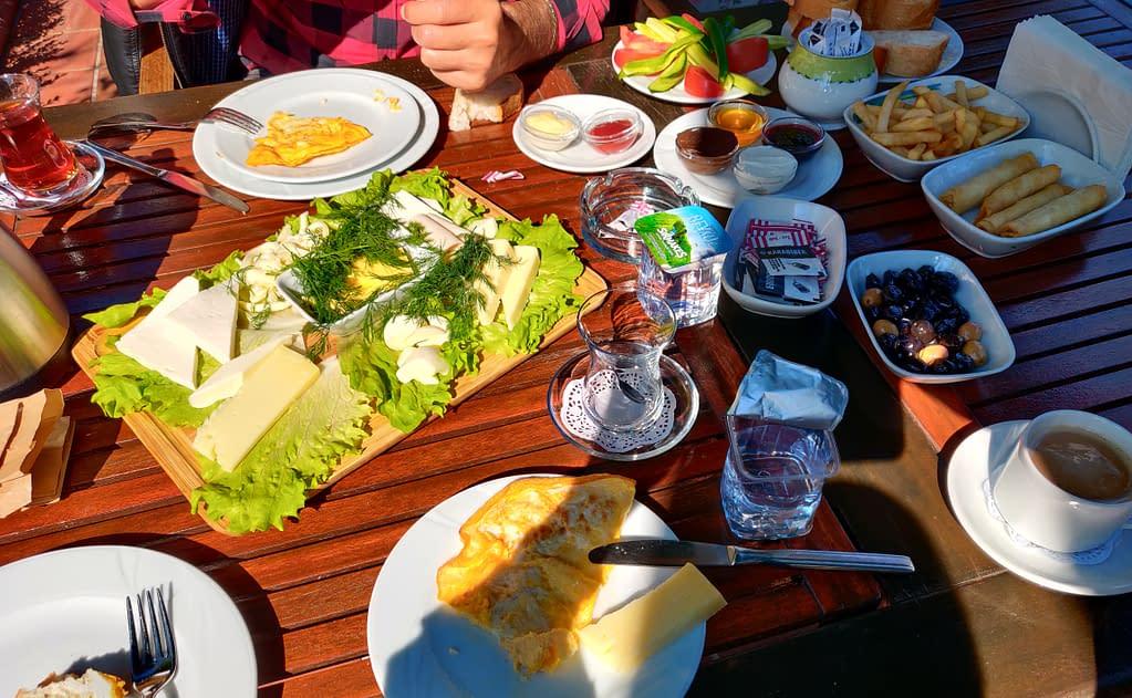 Aurinkoinen turkkilainen aamiainen kauniissa puutarhassa hyvässä seurassa Polonezköyssä.