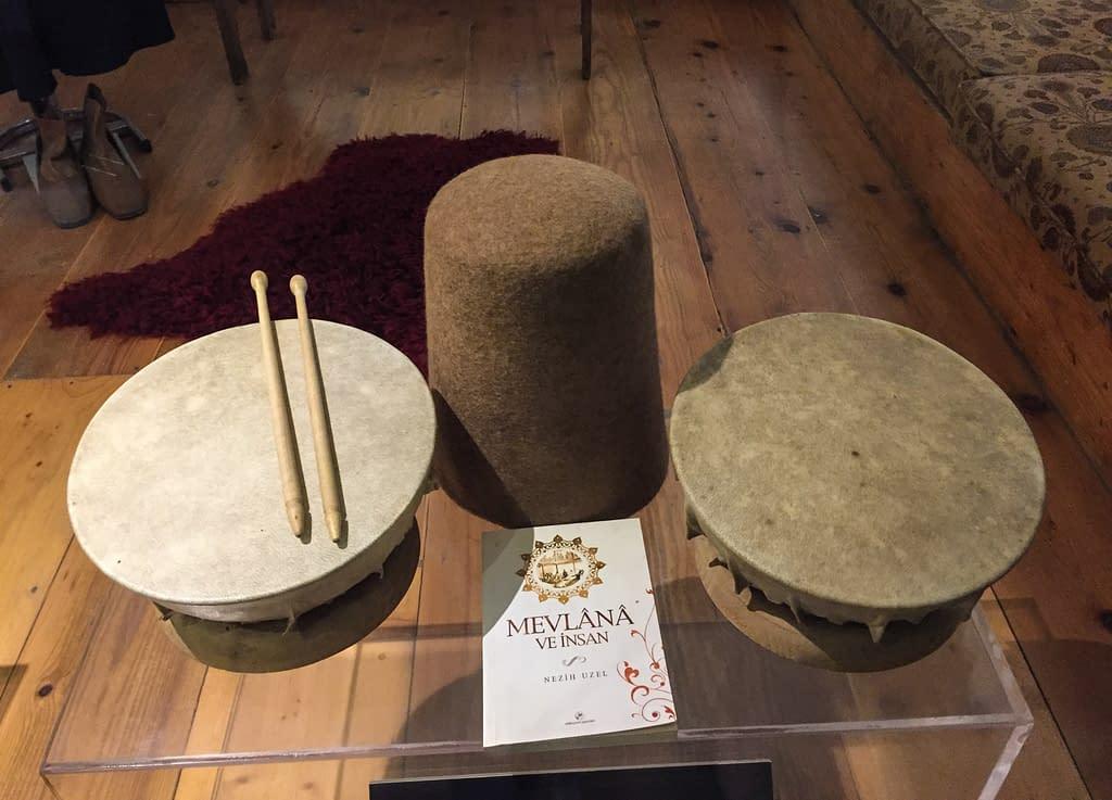 Mevlevi esineistöä Galata Mevlevi-museossa Istanbulissa.