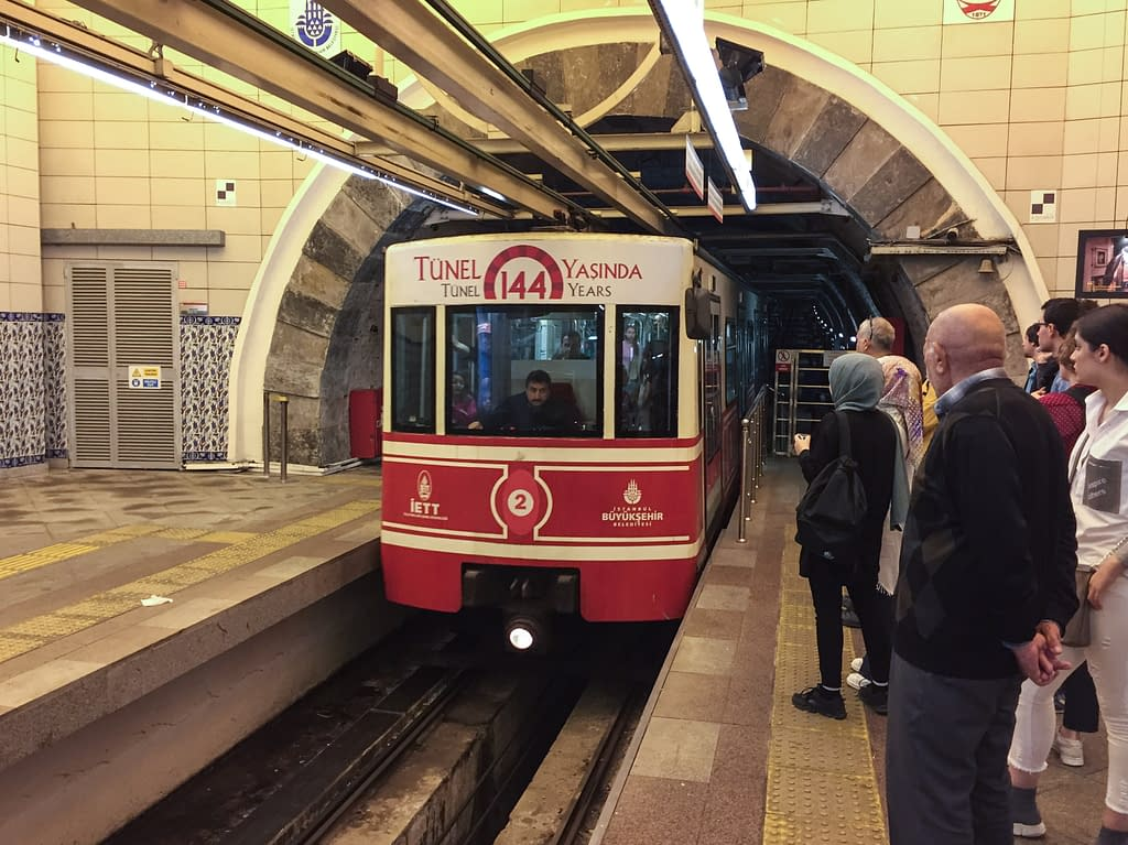Tünel (F2 -linja), historiallinen metro-funikulaari Istanbulissa Euroopan puolella.