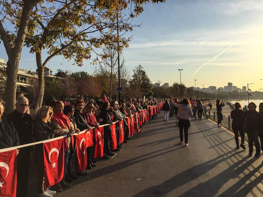 Atatürkin muistopäivä Marmaranmeren rannalla Fenerbahçessa.