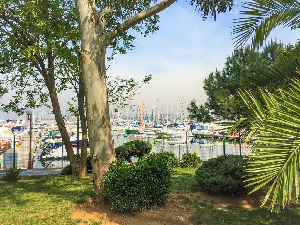 Kalamiş Aasian puolella kesällä, missä voit nähdä kauniin venesataman.