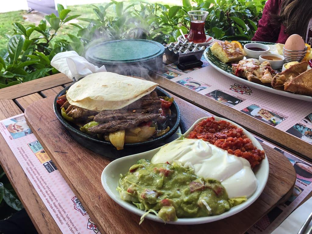 Herkullisia ruoka-annoksia Happy Moon´s ravintolassa Kalamişin kaupunginosassa.