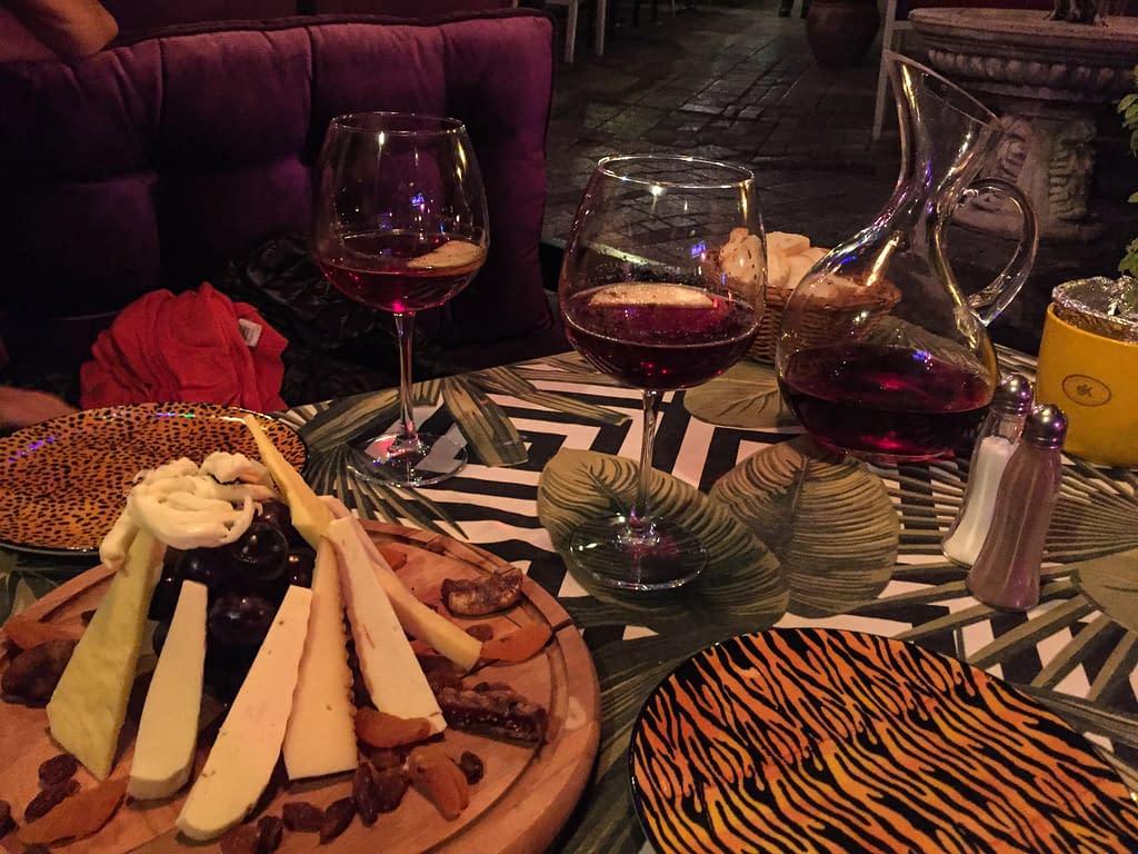 Cezayir katu Istanbulissa. Juustotarjotin ja syyrialainen Siluh viini.