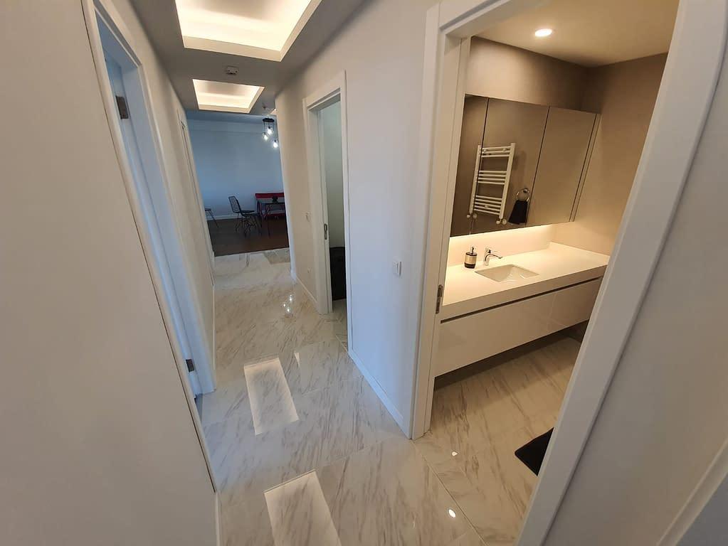 Eteinen ja kylpyhuone Istanbulissa.