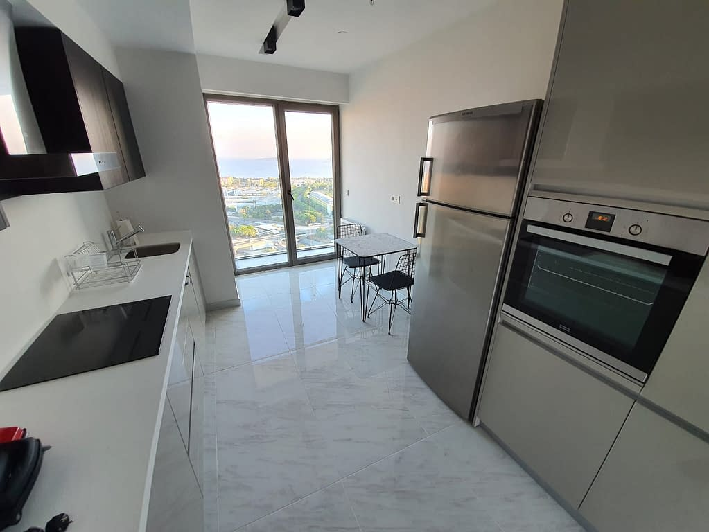 Moderni keittiö pilvenpiirtäjässä Maltepessa Istanbulissa.
