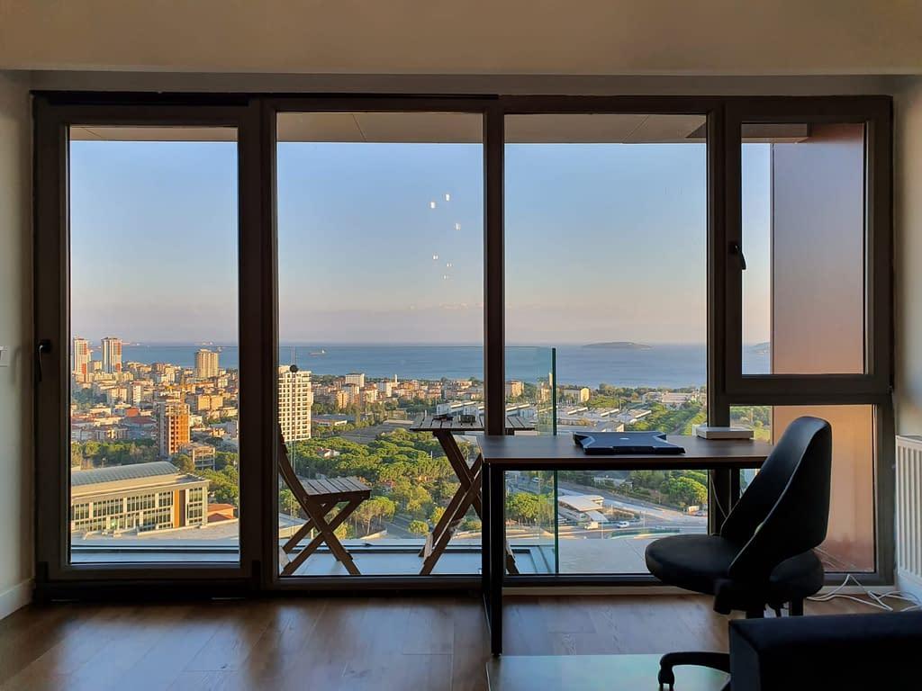 Näkymä työpöydältä Marmaranmerelle Istanbulissa.