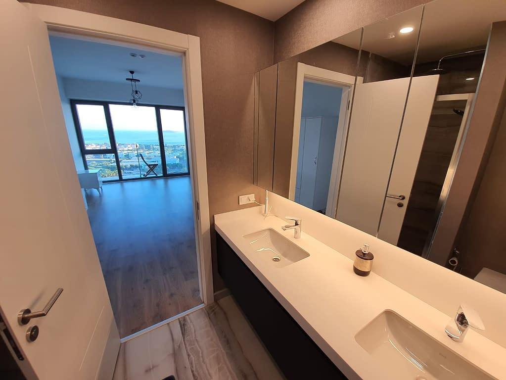 Toinen kylpyhuone ja näkymä makuuhuoneeseen ja Marmaranmerelle Istanbulissa.