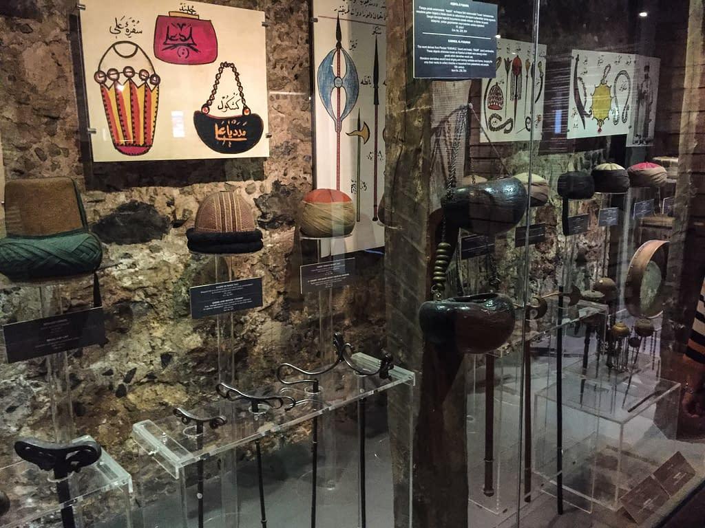 Suufien esineistöä Galata Mevlevi-museossa Istanbulissa Beyoğlussa.
