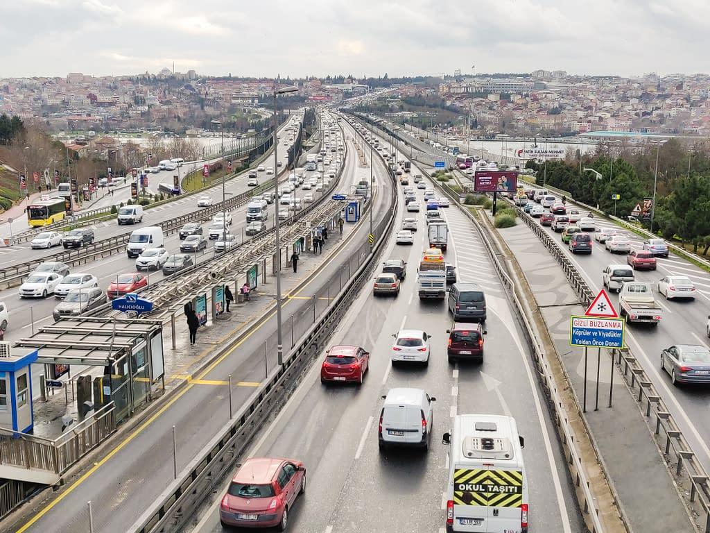 Kehätie ja metrobussien kaistat Istanbulissa Euroopan puolella.