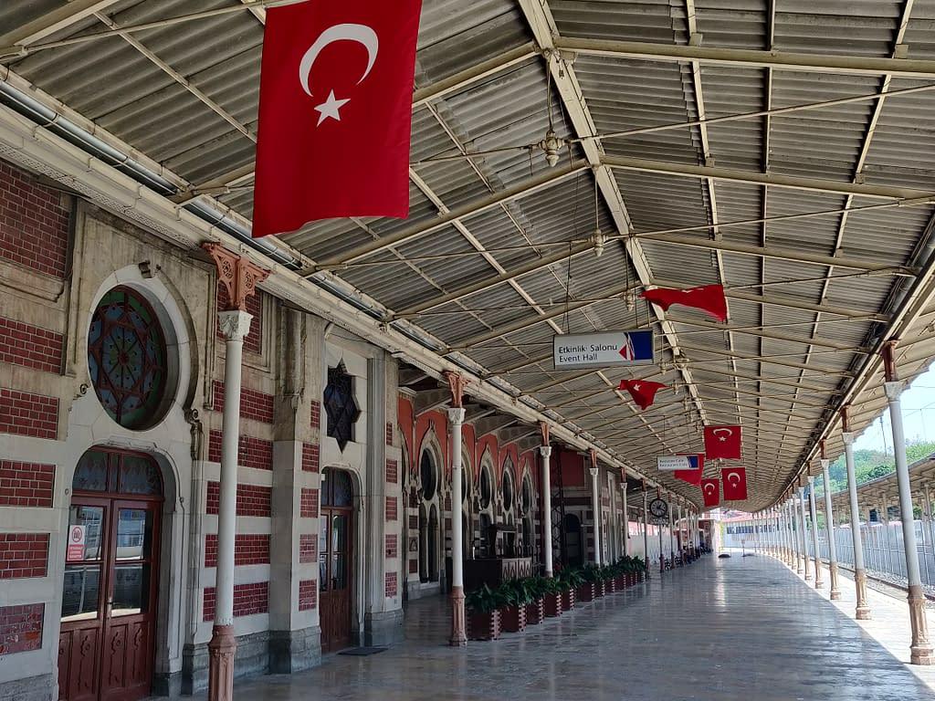 Agatha Christien klassikkoteoksestakin tuttu, historiallinen Idän pikajunan (Orient Express) asema Sirkecissä Istanbulissa Euroopan puolella. Juna matkasi Pariisista Istanbuliin 80 tunnissa jo vuonna 1888.