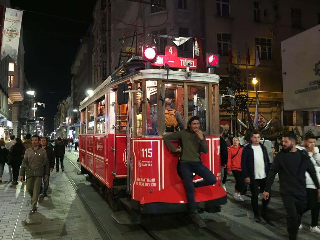 Nostalginen raitiovaunu Istanbulissa: Taksim-Tünel (Nostaljik Tramvay, T2).