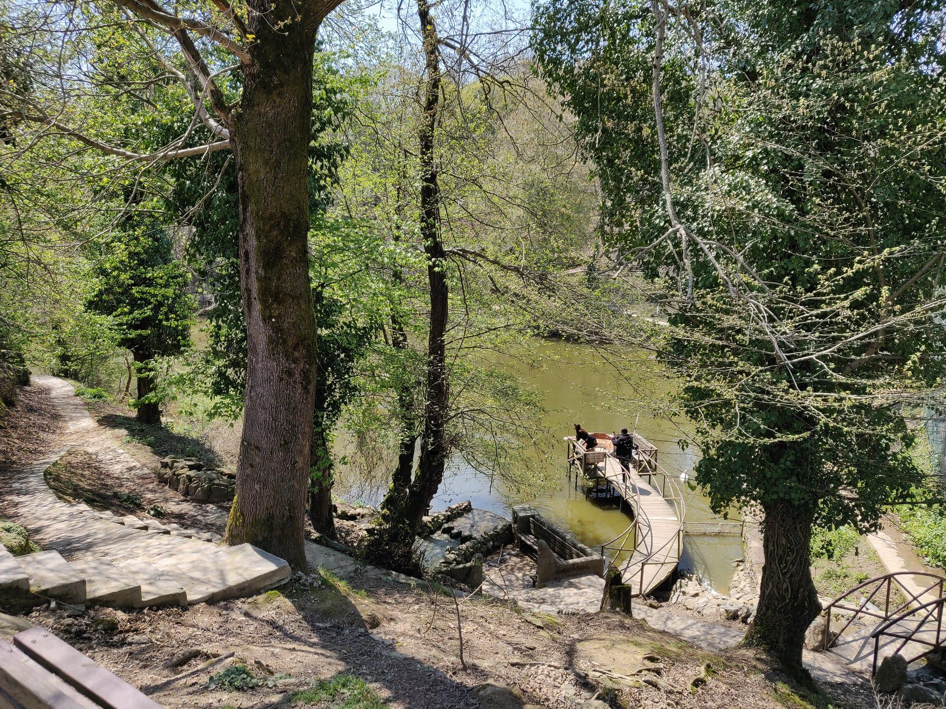 Romanttinen pieni järvi keskellä kaunista luontoa Polonezköyssä.