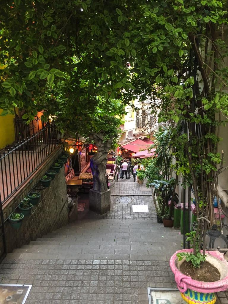 Sisäänkäynti jyrkälle ja värikkäälle Cezayir kadulle Hayriye Caddesilta.