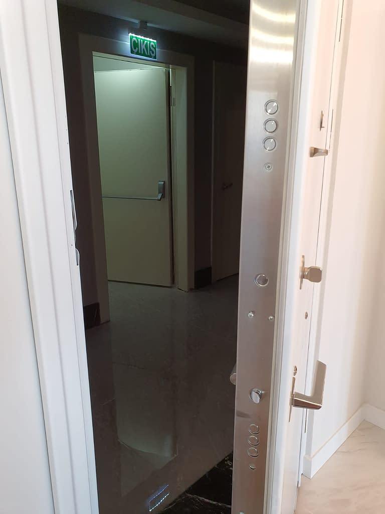Asunnon ulko-ovi rappukäytävaan Istanbulin pilvenpiirtäjässä.