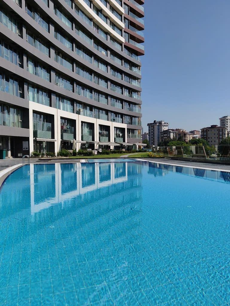 Uima-allas pilvenpiirtäjässä Maltepessä Istanbulissa.