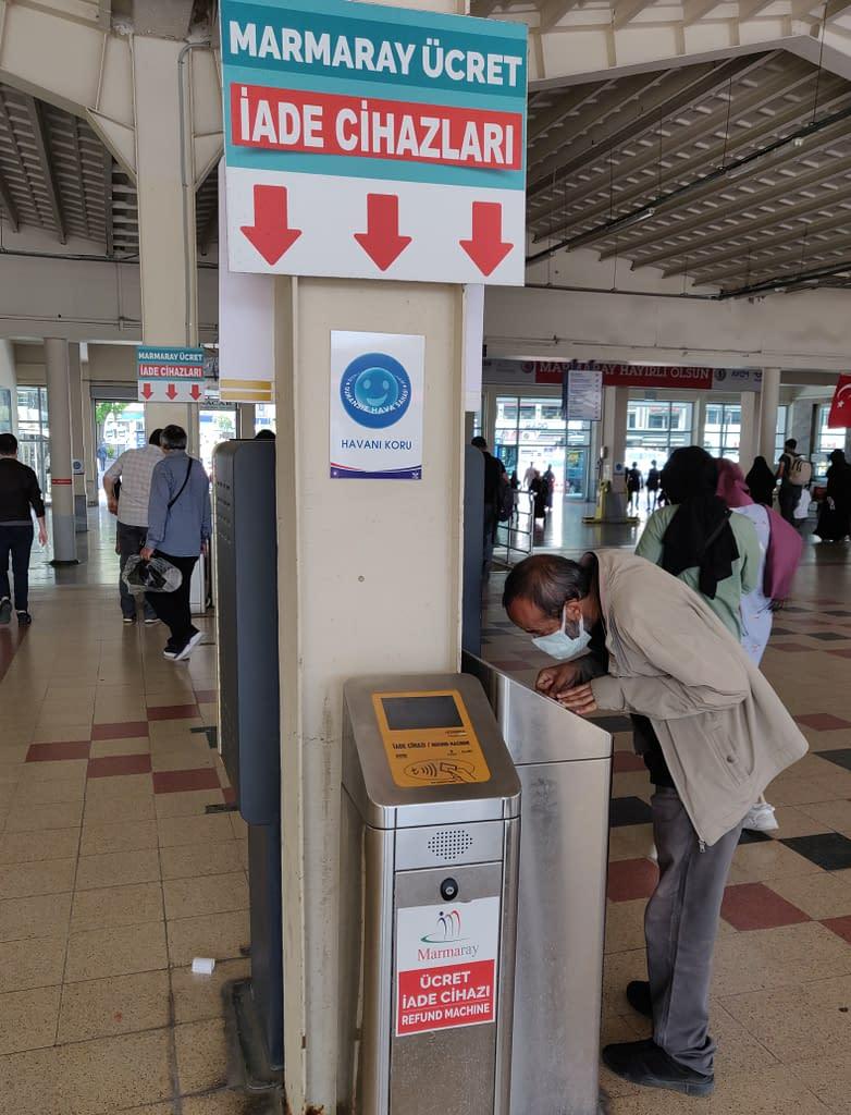"""Lippurahojen """"palautusautomaatti"""" Sirkecin asemalla Istanbulissa."""