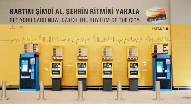 Istanbul-kortti (İstanbulkart) ja lippiautomaatteja Istanbulissa.