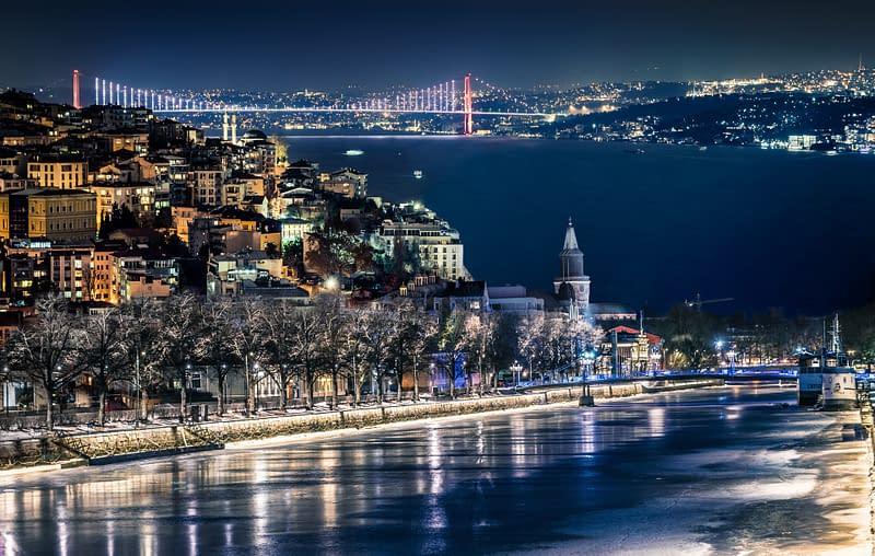 Yhdistelmäkuva öisestä Turusta ja Istanbulista joka on tehty Photoshopilla