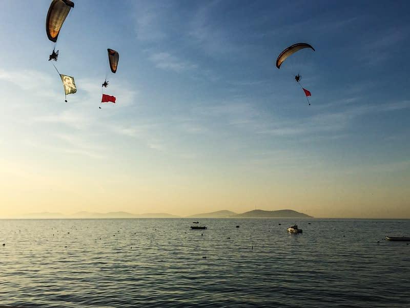 Liitovarjot lentävät Marmaranmeren yllä Atatürkin muistopäivänä.