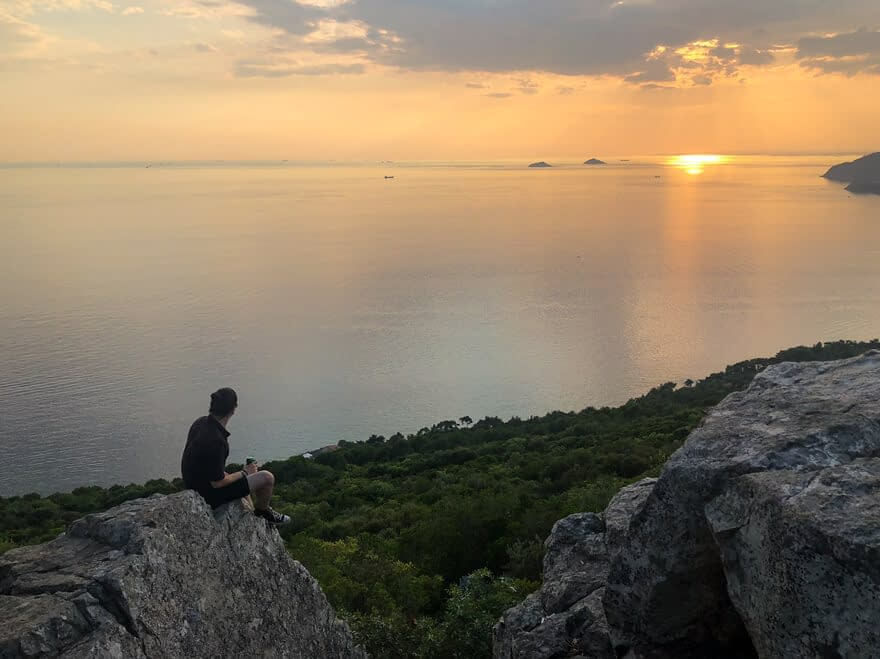 Mies istuu kalliolla Istanbulin suurimmalla saarella Büyükadalla