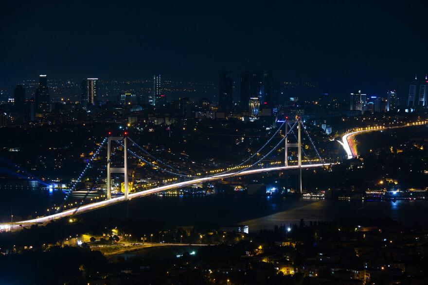 Istanbulin Bosporinsilta ja Levent-liikekaupunginosa yöllä