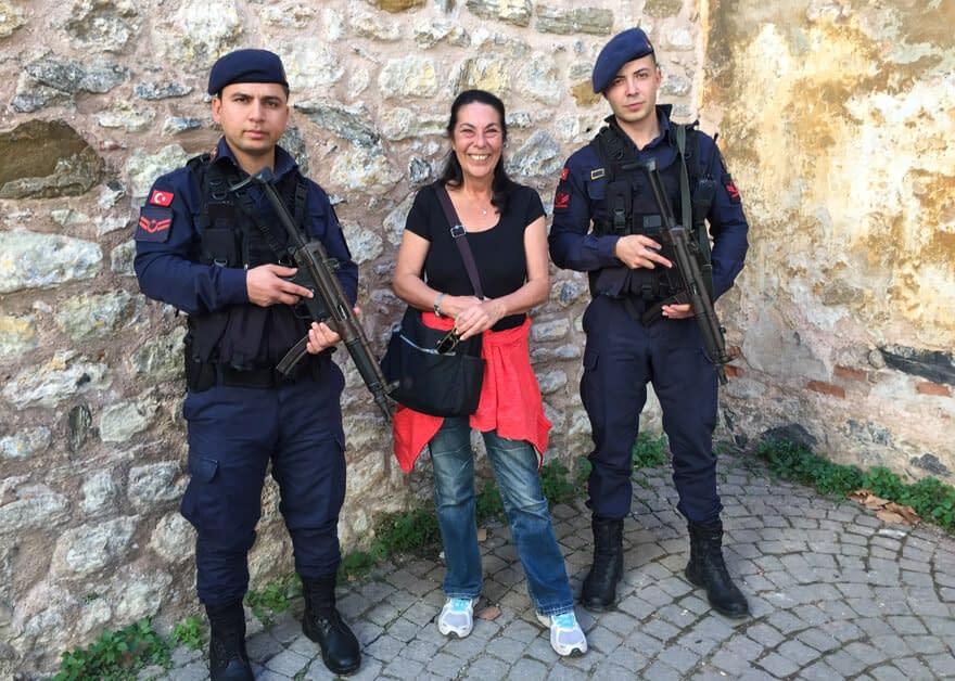 Aseistetut Topkapi-palatsin vartijat ja toinen bloggaaja Zeynep