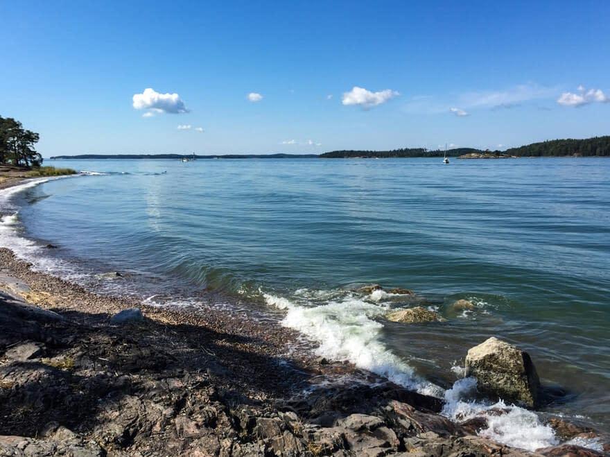 Itämeri tyrskyää Turun Ruissalossa kauniina päivänä